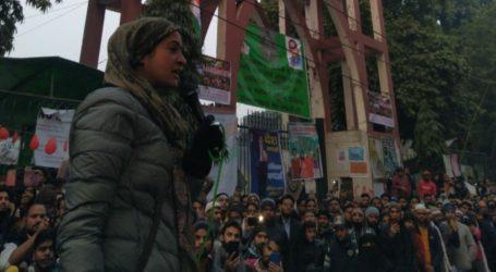 जामिया पहुँच कर अलका लांबा ने छात्रों का बढ़ाया हौसला,कहा हिम्मत मत हारियेगा लड़ाई लंबी है