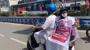 स्कूटर पर बैठ कर मुख्यमंत्री दफ्तर पहुंची ममता बनर्जी, पेट्रोल-डीजल की बढ़ती कीमतों का अनोखा विरोध