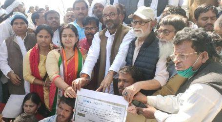 अजय कुमार लल्लू ने निषाद समुदाय के लोगों को 10 लाख रुपये का चेक दिया